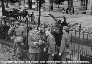 1-S3318-F1942-2 (894366) Sophie Scholl M¸nchen Ostbahnhof 1942 Scholl, Sophie; Widerstandsk‰mpferin, Mitglied der Widerstandsgruppe 'Weifle Rose'; 1921-1943. / - Verabschiedung der Studenten, die als Sani‰ter an die Ostfront abkommandiert wurden, M¸nchen, Ostbahnhof, 23.Juli 1942: Von links Hubert Furtw‰ngler, Hans Scholl, unbekannt, Sophie Scholl und Alexander Schmorell. - / Foto, 23.Juli 1942. E: Sophie Scholl, Munich Ostbahnhof 1942 Scholl, Sophie; resistance fighter, member of the resistance group 'White Rose'; 1921-1943. / - Farewell of stu- dents assigned to the Estern Front as medics, Munich, Ostbahnhof station, June 1942: fr.l.: Hubert Furtw‰ngler, Hans Scholl, unknown, Sophie Scholl and Alexander Schmorell. - Photo, June 1942. F: Scholl, Sophie ; rÈsistante allemande, membre du groupe de r Scholl, Sophie ; rÈsistante allemande, membre du groupe de r Èsistance 'Weifle Rose' (Rose blanche) ; Forchtenberg (prËs d e Hohenlohe) 9.5.1921 - (guillotinÈe) Munich 22.2. 1943. - A dieux aux Ètudiants envoyÈs au front de l'est comme brancard iers, Munich, gare de Ostbahnhof, juin 1942 : de g. ‡ d. : H ubert FurtwÑngler, Hans Scholl, inconnu, Sophie Scholl et Al exander Schmorell. - Photo, juin 1942.